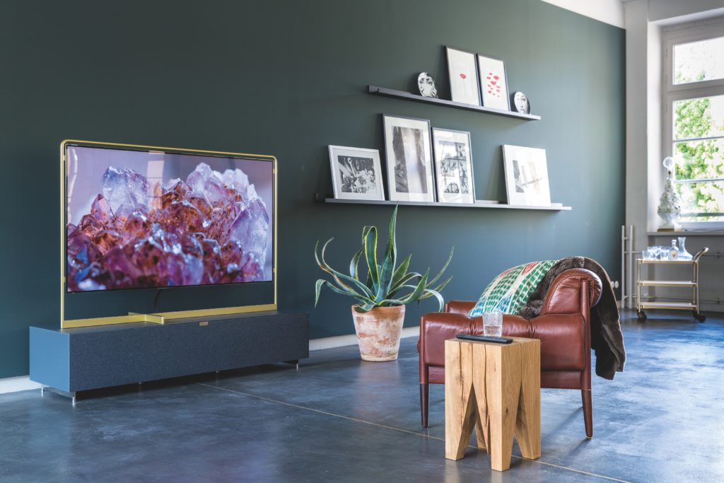 modern-tv-wall-with-pictures